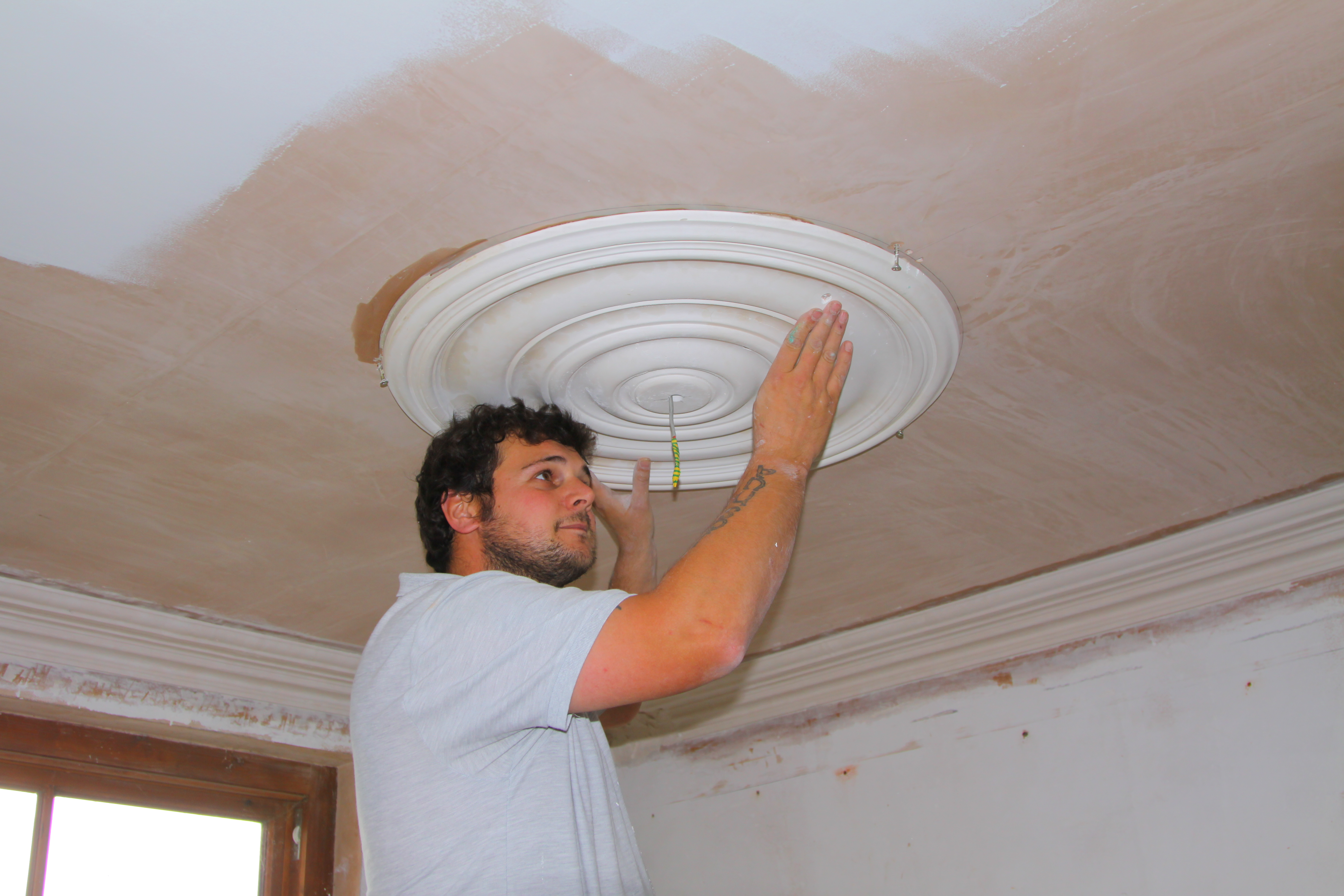 Fitting ceiling roses